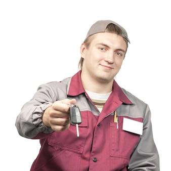 Mécanicien donnant une clé de voiture