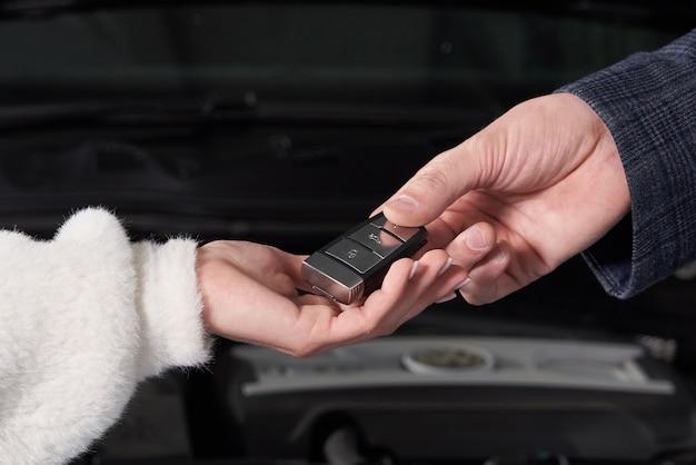 Mécanicien donnant des clés de voiture au client après l'entretien