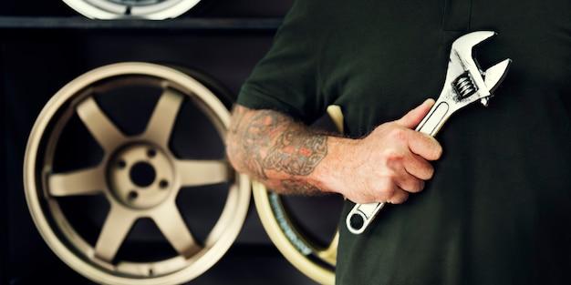 Mécanicien d'entretien de garage réparant le concept de pièce de rechange