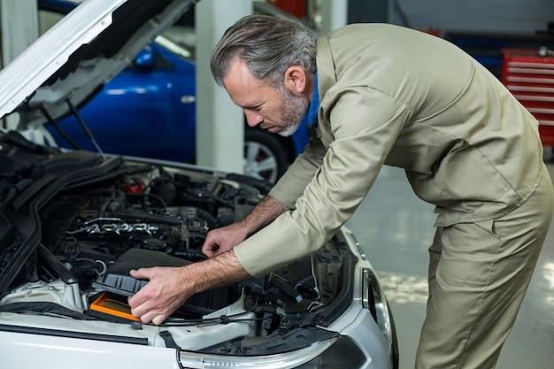 Mécanicien entretien d'un moteur de voiture