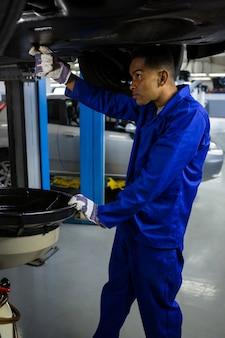 Mécanicien d'entretien d'une voiture