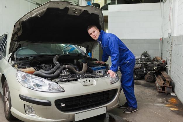 Mécanicien examinant le moteur de la voiture