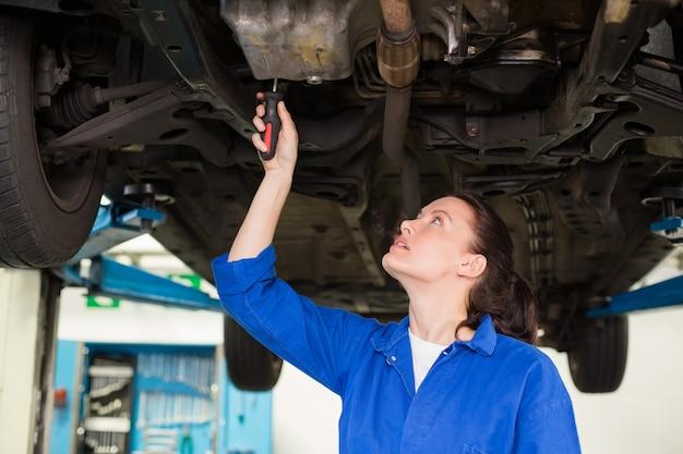 Mécanicien examinant sous la voiture