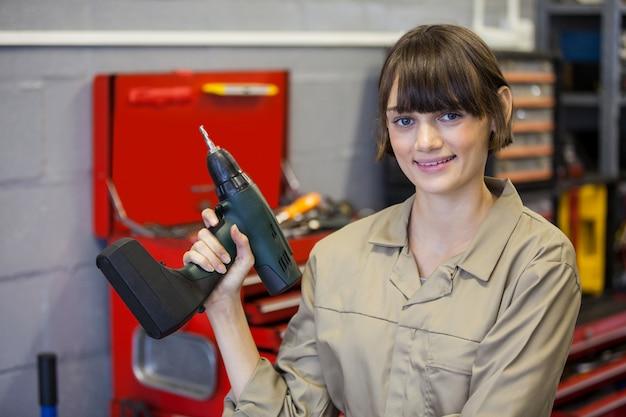 Mécanicien femelle avec clé pneumatique