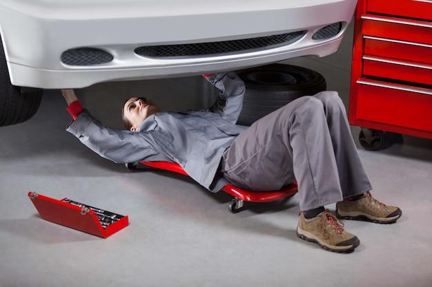 Mécanicien femme réparer une voiture