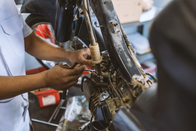 Mécanicien fixant une moto