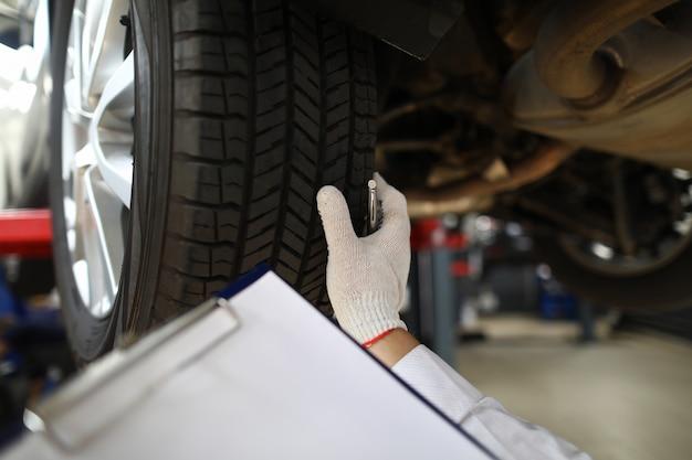 Mécanicien en gants de protection