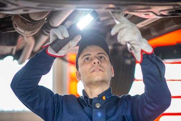 Mécanicien inspectant une voiture