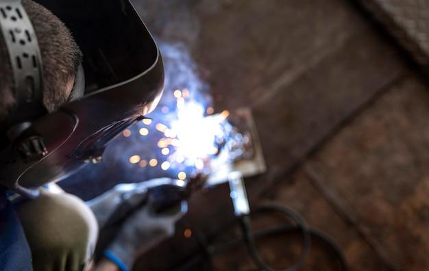 Mécanicien masculin travaillant dans son atelier