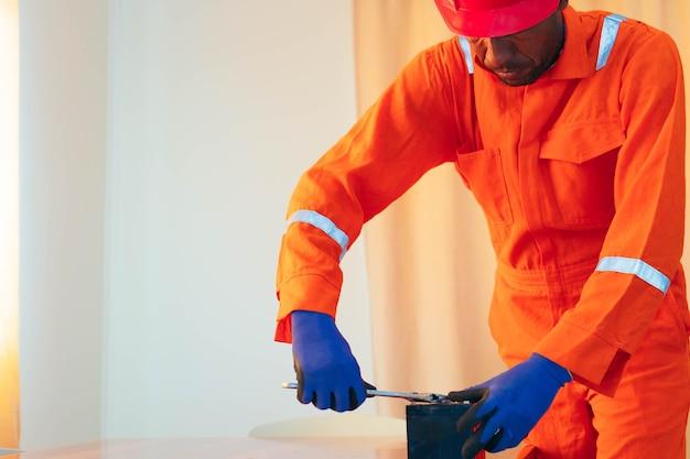 Mécanicien noir travaillant sur une maison