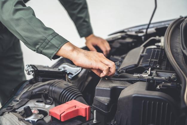 Mécanicien professionnel offrant des services de réparation et d'entretien de voitures