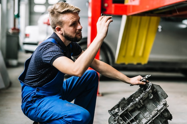Mécanicien réparant le moteur
