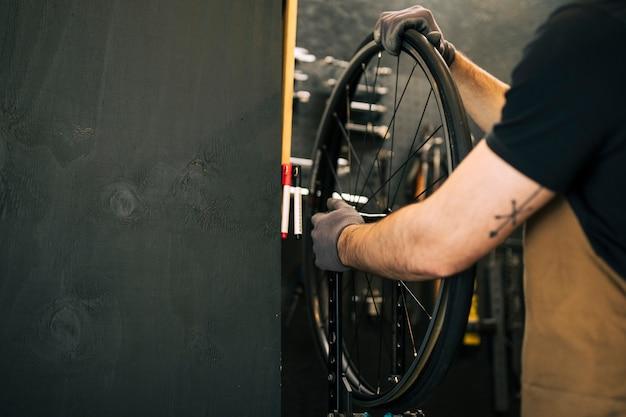 Mécanicien réparant un vélo