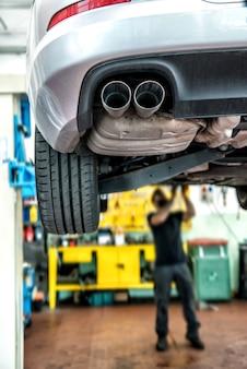 Mécanicien réparant une voiture