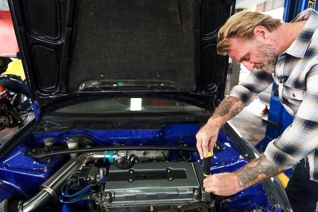 Un mécanicien réparant une voiture