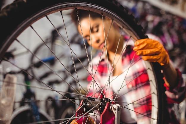 Mécanicien réparer un vélo