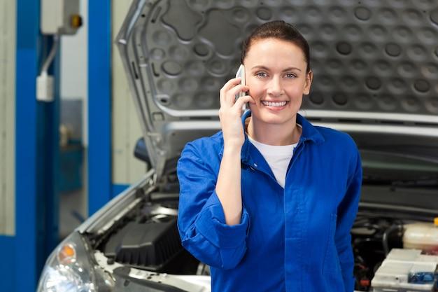 Mécanicien souriant à la caméra sur le téléphone