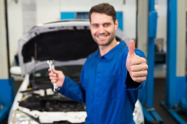 Mécanicien tenant une paire de clés