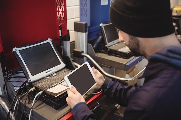 Mécanicien tenant une tablette numérique