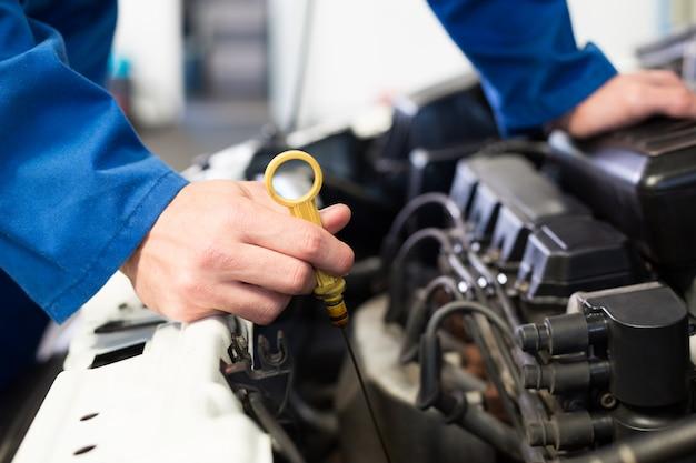 Mécanicien teste l'huile dans la voiture
