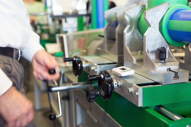 Mécanicien travaillant sur une machine à l'atelier