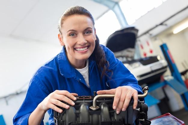 Mécanicien travaillant sur un moteur