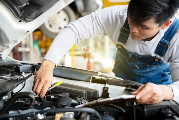 Mécanicien travaillent dans le garage. mécanicien travaillent dans le garage. service de réparation avec clip b