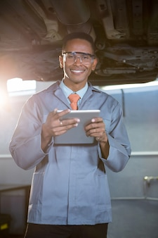 Mécanicien utilisant tablette numérique