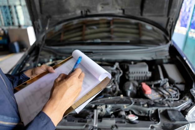Mécanicien vérifiant une liste