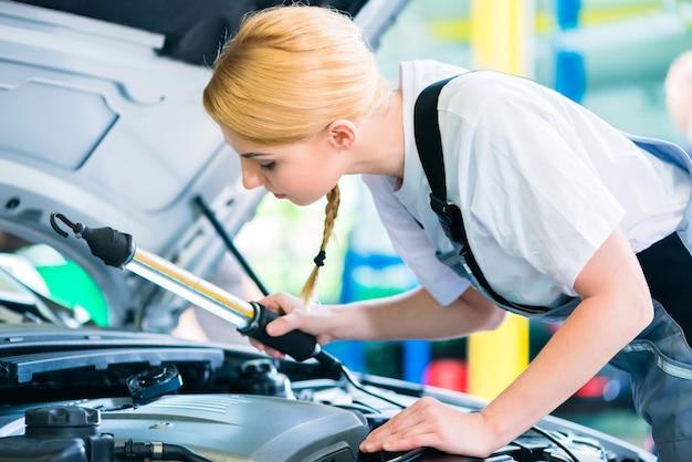 Mécanicienne travaillant dans un atelier automobile