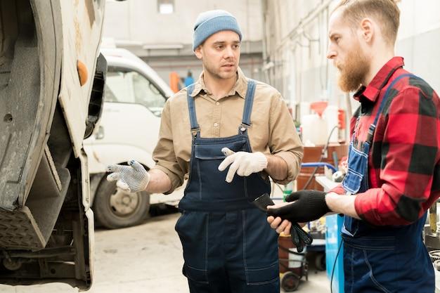 Des mécaniciens discutent d'une panne de camion
