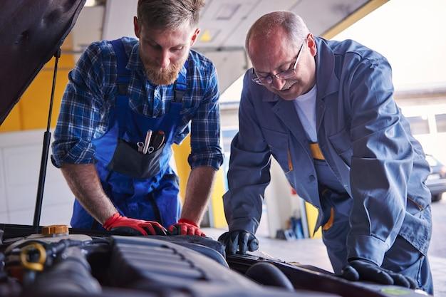 Mécaniciens professionnels dans un atelier automobile populaire