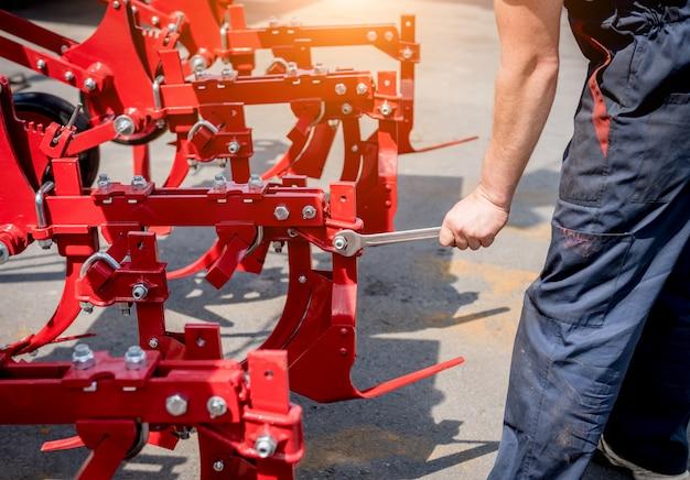Les mécaniciens réparent la moissonneuse-batteuse. machines agricoles modernes