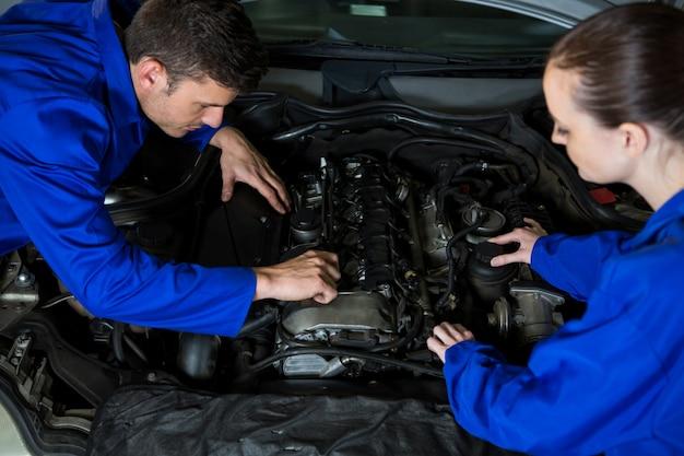 Mécanique examen moteur de voiture