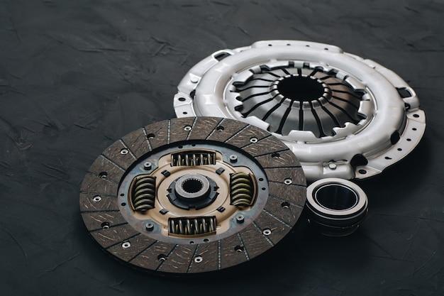 Mécanisme d'embrayage automobile, disque, panier et roulement pour auto sur fond noir. pièces de voiture. fermer