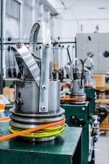 Mécanisme de fabrication de tressage métallique. abstrait industriel.
