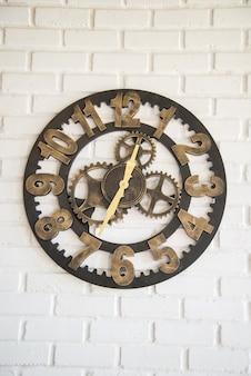 Mécanisme d'horloge sur le wal blanc