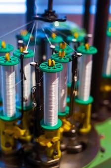 Mécanisme de la machine pour la production de tissu à partir d'écheveaux de fils.