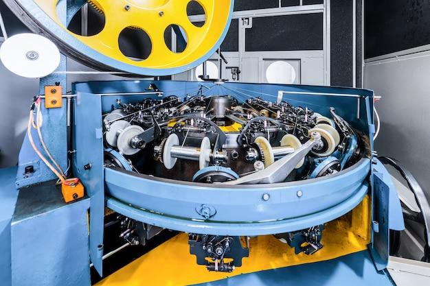 Le mécanisme de la machine à tresser. équipement pour faire des tresses à partir de fil métallique.