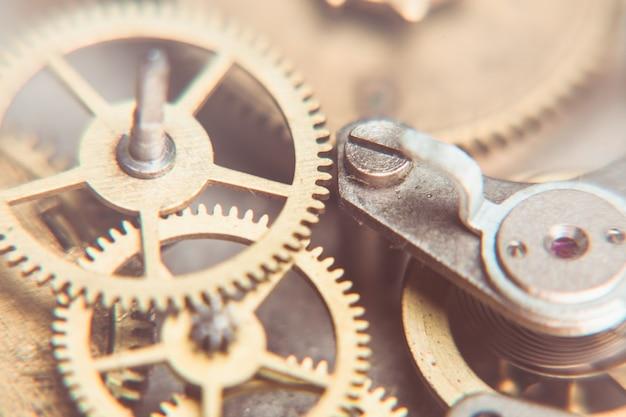 Mécanisme de montres mécaniques de très près, arrière-plan flou pour la conception