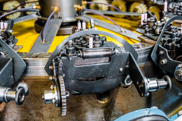 Le mécanisme de rotation d'une machine à tresser verticale, les éléments du mécanisme en gros plan. equipement pour tresser des tresses d'acier flexibles.
