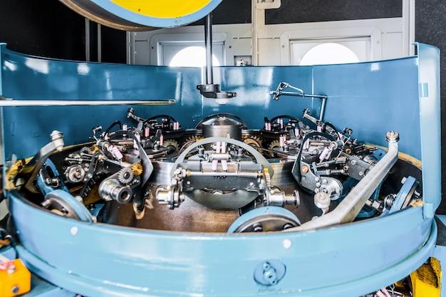 Mécanisme de rotation d'une machine à tresser verticale. equipement pour tresser des tresses d'acier flexibles.