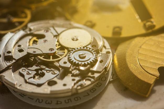 Mécanisme rouillé dans la vieille horloge