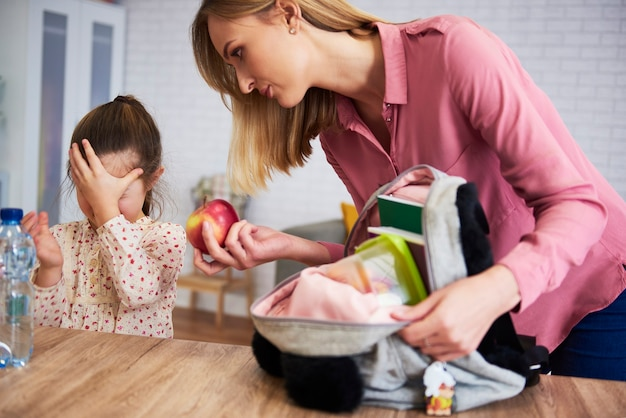 Mécontent de préparer sa fille pour l'école