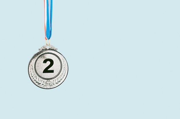 Médaille d'argent sur fond bleu. award et victoire concept.copy space