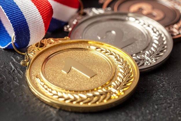 Médaille d'or, d'argent et de bronze avec rubans. prix pour la première, la deuxième et la troisième place du concours. prix au champion. fond noir.
