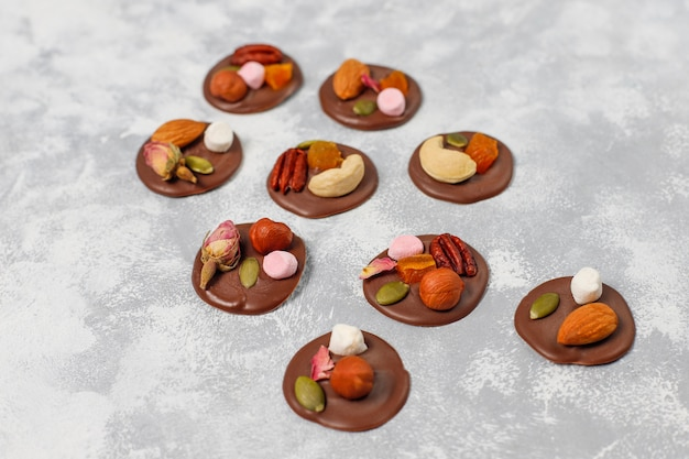 Médants au chocolat faits à la main, biscuits, bouchées, bonbons, noix. fond vue de dessus.