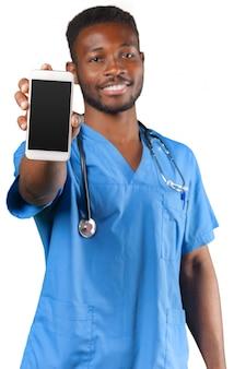 Médecin africain professionnel avec téléphone portable, isolé sur blanc