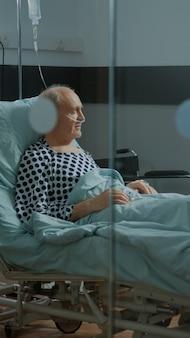Médecin afro-américain fixant un lit réglable dans une salle d'hôpital