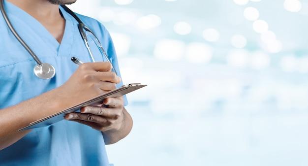 Médecin afro-américain avec un stéthoscope permanent